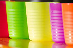 Green_plastic_cups_%28cut%29