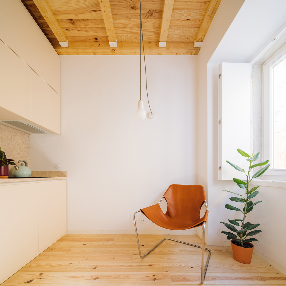 Relaxed Minimalism Is All About Wood and White — Even in Small Spaces