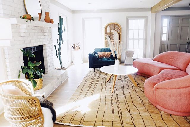 This Charming Living Room Is Nailing the Curved Furniture Trend