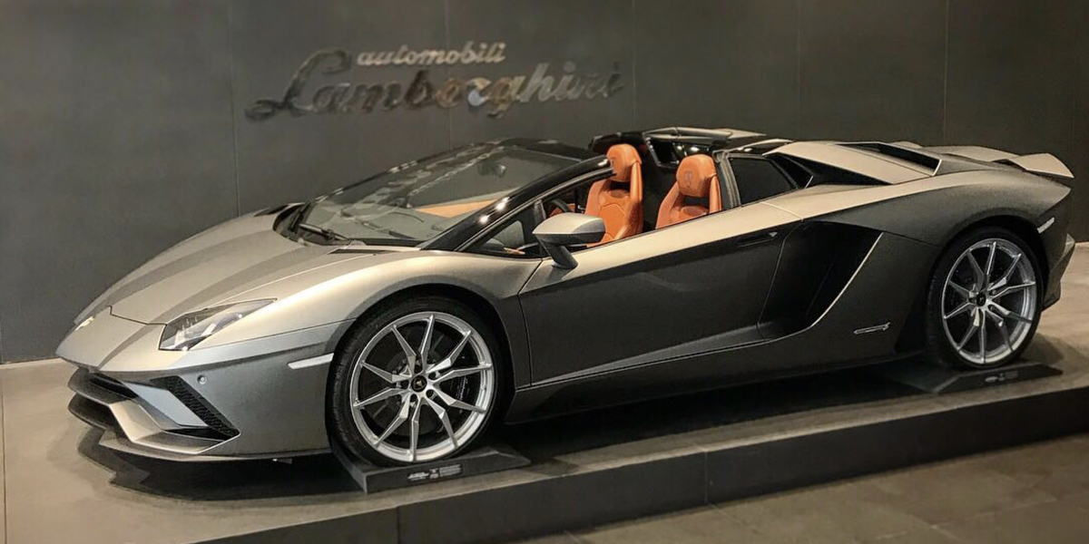 http://s3-us-west-1.amazonaws.com/db-imports/photos/images/000/001/110/large/Aventador_S_RDS_Grigio_Titans.002.jpeg?1517355566