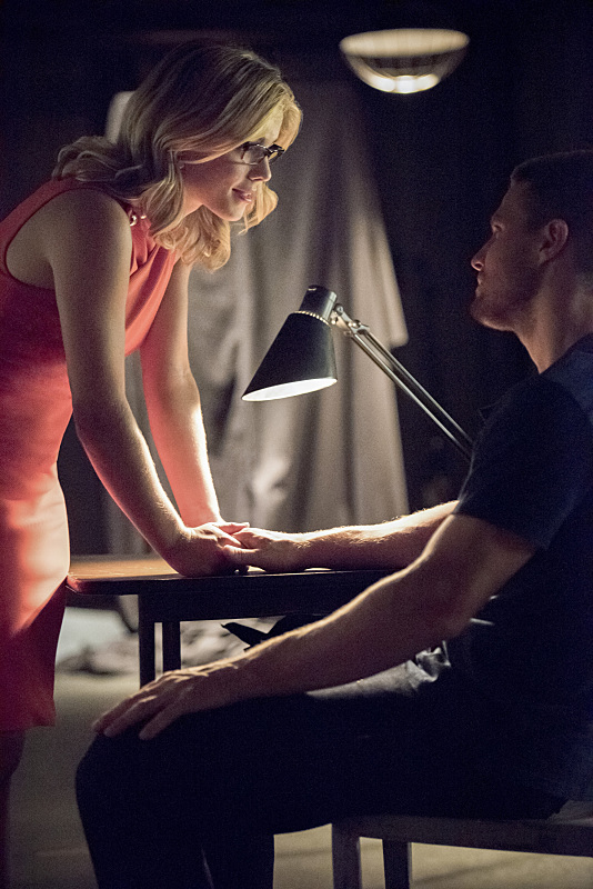 "Arrow -- ""Green Arrow"" -- Image AR401A_0178b -- Pictured (L-R): Emily Bett Rickards as Felicity Smoak and Stephen Amell as Oliver Queen -- Photo: Dean Buscher /The CW -- © 2015 The CW Network, LLC. All Rights Reserved."