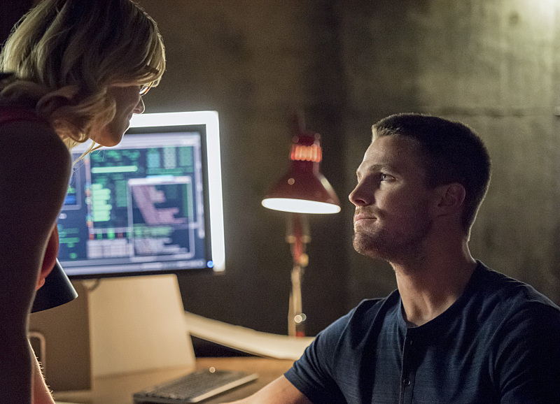"Arrow -- ""Green Arrow"" -- Image AR401A_0165b -- Pictured (L-R): Emily Bett Rickards as Felicity Smoak and Stephen Amell as Oliver Queen -- Photo: Dean Buscher /The CW -- © 2015 The CW Network, LLC. All Rights Reserved."