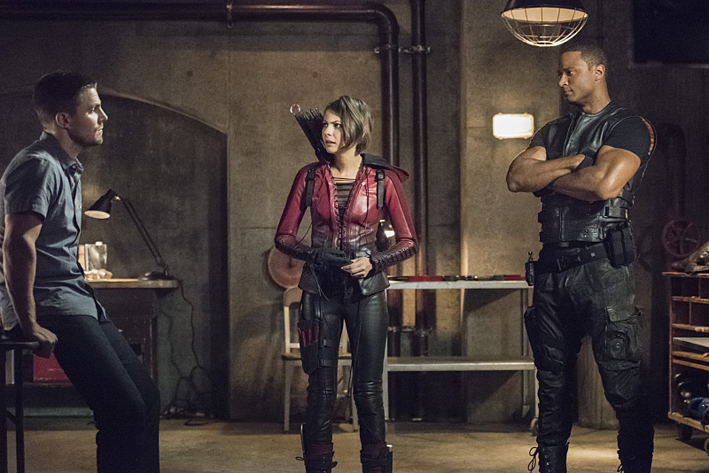 "Arrow -- ""Green Arrow"" -- Image AR401A_0099b -- Pictured (L-R): Stephen Amell as Oliver Queen, Willa Holland as Thea Queen and David Ramsey as John Diggle -- Photo: Dean Buscher /The CW -- © 2015 The CW Network, LLC. All Rights Reserved."