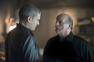 """The Flash -- """"Family of Rogues"""" -- Image FLA203b_0190b.jpg -- Pictured (L-R): Wentworth Miller as Leonard Snart and  Michael Ironside as Lewis Snart -- Photo: Diyah Pera/The CW -- © 2015 The CW Network, LLC. All rights reserved."""