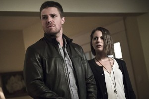 """Arrow -- """"Legends of Yesterday"""" -- Image AR408A_0261b.jpg -- Pictured (L-R): Stephen Amell as Oliver Queen and Willa Holland as Thea Queen -- Photo: Katie Yu/ The CW -- © 2015 The CW Network, LLC. All Rights Reserved."""