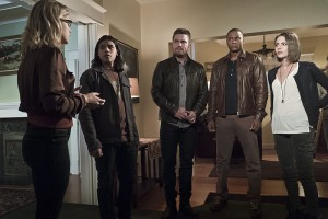 """Arrow -- """"Legends of Yesterday"""" -- Image AR408A_0136b.jpg -- Pictured (L-R): Emily Bett Rickards as Felicity Smoak, Carlos Valdes as Cisco Ramon, Stephen Amell as Oliver Queen, David Ramsey as John Diggle and Willa Holland as Thea Queen  -- Photo: Katie Yu/ The CW -- © 2015 The CW Network, LLC. All Rights Reserved."""