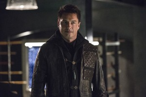 """The Flash -- """"Legends of Today"""" -- Image FLA208B_0203b.jpg -- Pictured: John Barrowman as Malcolm Merlyn -- Photo: Cate Cameron/The CW -- © 2015 The CW Network, LLC. All rights reserved."""