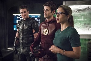 """The Flash -- """"Legends of Today"""" -- Image FLA208B_0008b.jpg -- Pictured (L-R): Stephen Amell as Oliver Queen, Grant Gustin as Barry Allen and Emily Bett Rickards as Felicity Smoak -- Photo: Cate Cameron/The CW -- © 2015 The CW Network, LLC. All rights reserved."""