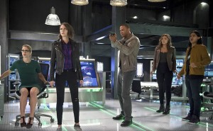 """The Flash -- """"Legends of Today"""" -- Image FLA208A_0222b.jpg -- Pictured (L-R): Emily Bett Rickards as Felicity Smoak, Willa Holland as Thea Queen, David Ramsey as John Diggle, Ciara Renee as Kendra Saunders, Carlos Valdes as Cisco Ramon -- Photo: Diyah Pera/The CW -- © 2015 The CW Network, LLC. All rights reserved."""