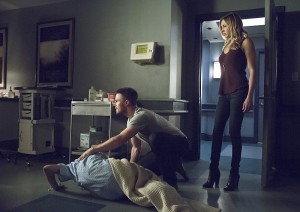 "Arrow -- ""Haunted"" -- Image AR404A_0225b.jpg -- Pictured (L-R) : Willa Holland as Thea Queen, Stephen Amell as Oliver Queen and Katie Cassidy as Laurel Lance -- Photo: Katie Yu/ The CW -- © 2015 The CW Network, LLC. All Rights Reserved."