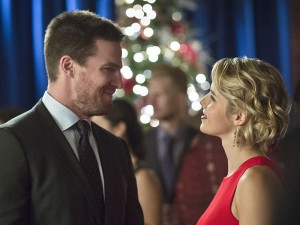 """Arrow -- """"Dark Waters"""" -- Image AR409B_0224bc.jpg -- Pictured (L-R): Stephen Amell as Oliver Queen and Emily Bett Rickards as Felicity Smoak -- Photo: Diyah Pera/ The CW -- © 2015 The CW Network, LLC. All Rights Reserved."""