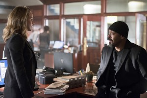 """The Flash -- """"The Reverse Flash Returns"""" -- Image FLA211a_0008b -- Pictured (L-R): Shantel Van Santen as Detective Patty Spivot and Jesse L. Martin as Detective Joe West -- Photo: Diyah Pera/The CW -- © 2016 The CW Network, LLC. All rights reserved."""