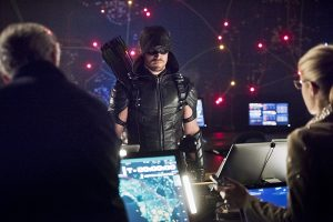 """Arrow -- """"Monument Point"""" -- Image AR421b_0367b.jpg -- Pictured: Tom Amandes as Noah Kuttler/Calculator, Stephen Amell as Green Arrow and Emily Bett Rickards as Felicity Smoak -- Photo: Dean Buscher/The CW -- © 2016 The CW Network, LLC. All Rights Reserved."""