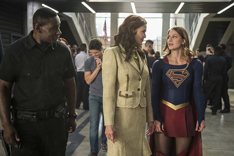 "Supergirl -- ""Welcome to Earth"" -- Image SPG203c_0301 -- Pictured (L-R): David Harewood as Hank Henshaw, Lynda Carter as President Olivia Marsdin, Melissa Benoist as Kara/Supergirl,  -- Photo: Diyah Pera/The CW -- Ì?å© 2016 The CW Network, LLC. All Rights Reserved"