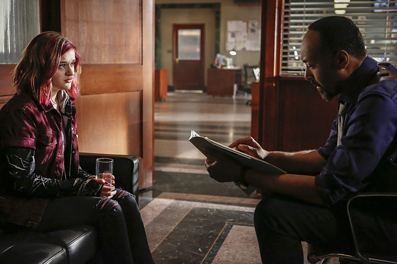 """The Flash -- """"Magenta"""" -- Image: FLA303b_0091b.jpg -- Pictured (L-R): Joey King as Frankie Kane and Jesse L. Martin as Detective Joe West -- Photo: Bettina Strauss/The CW -- © 2016 The CW Network, LLC. All rights reserved."""