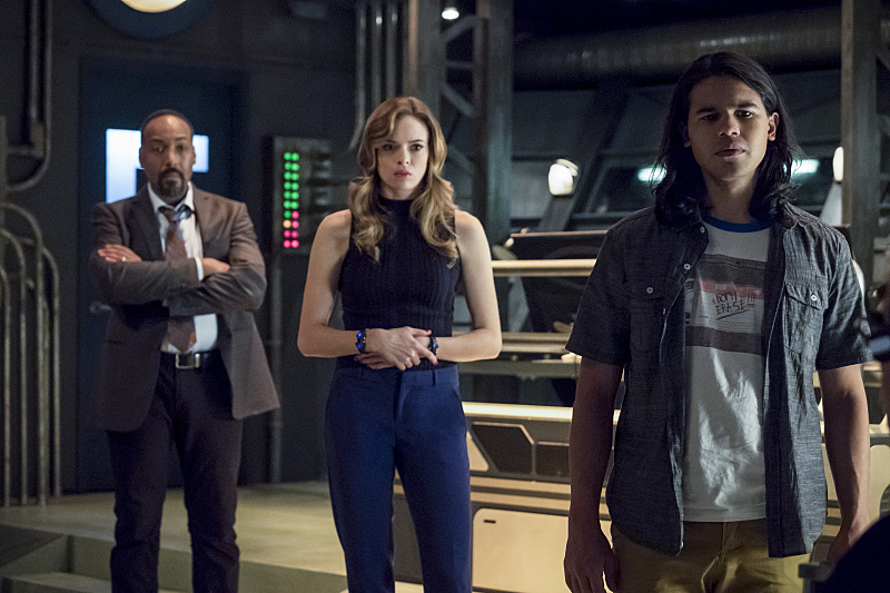 "The Flash -- ""The Present"" -- Image FLA309b_0165b.jpg -- Pictured: Jesse L. Martin as Detective Joe West, Danielle Panabaker as Caitlin Snow and Carlos Valdes as Cisco Ramon -- Photo: Katie Yu/The CW -- © 2016 The CW Network, LLC. All rights reserved."