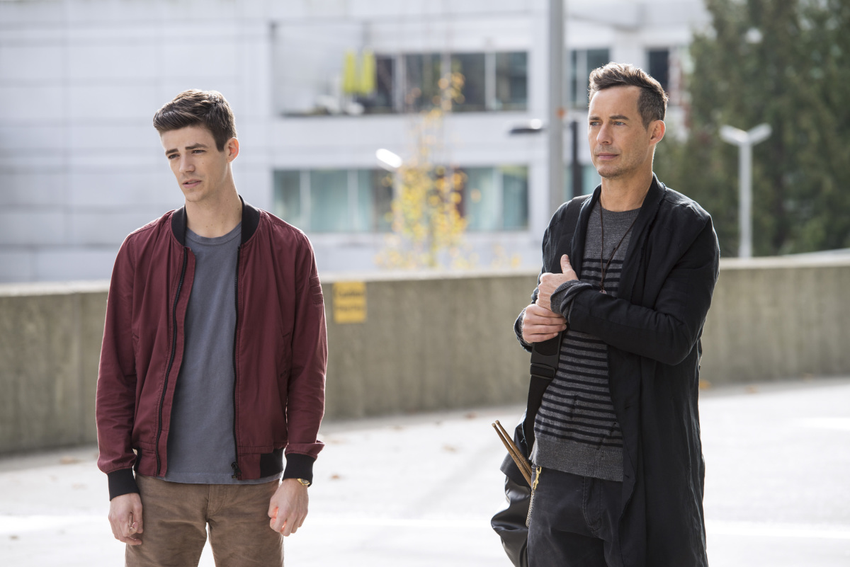 """The Flash -- """"Dead or Alive"""" -- Image FLA311a_0107b.jpg -- Pictured (L-R): Grant Gustin as Barry Allen and Tom Cavanagh as Harrison Wells -- Photo: Diyah Pera/The CW -- © 2017 The CW Network, LLC. All rights reserved."""