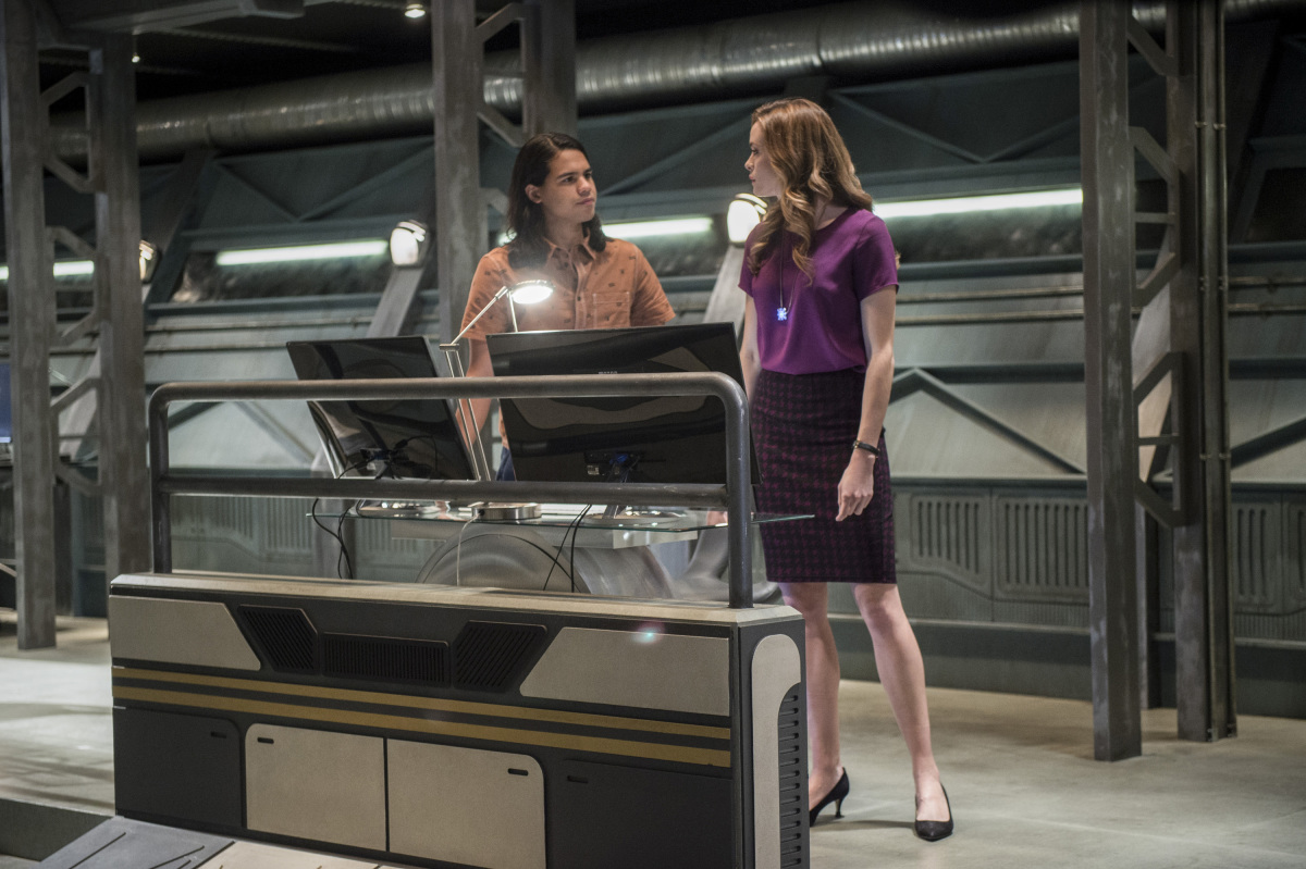 """The Flash -- """"Dead or Alive"""" -- Image FLA311b_0038b.jpg -- Pictured (L-R): Carlos Valdes as Cisco Ramon and Danielle Panabaker as Caitlin Snow -- Photo: Diyah Pera/The CW -- © 2017 The CW Network, LLC. All rights reserved."""