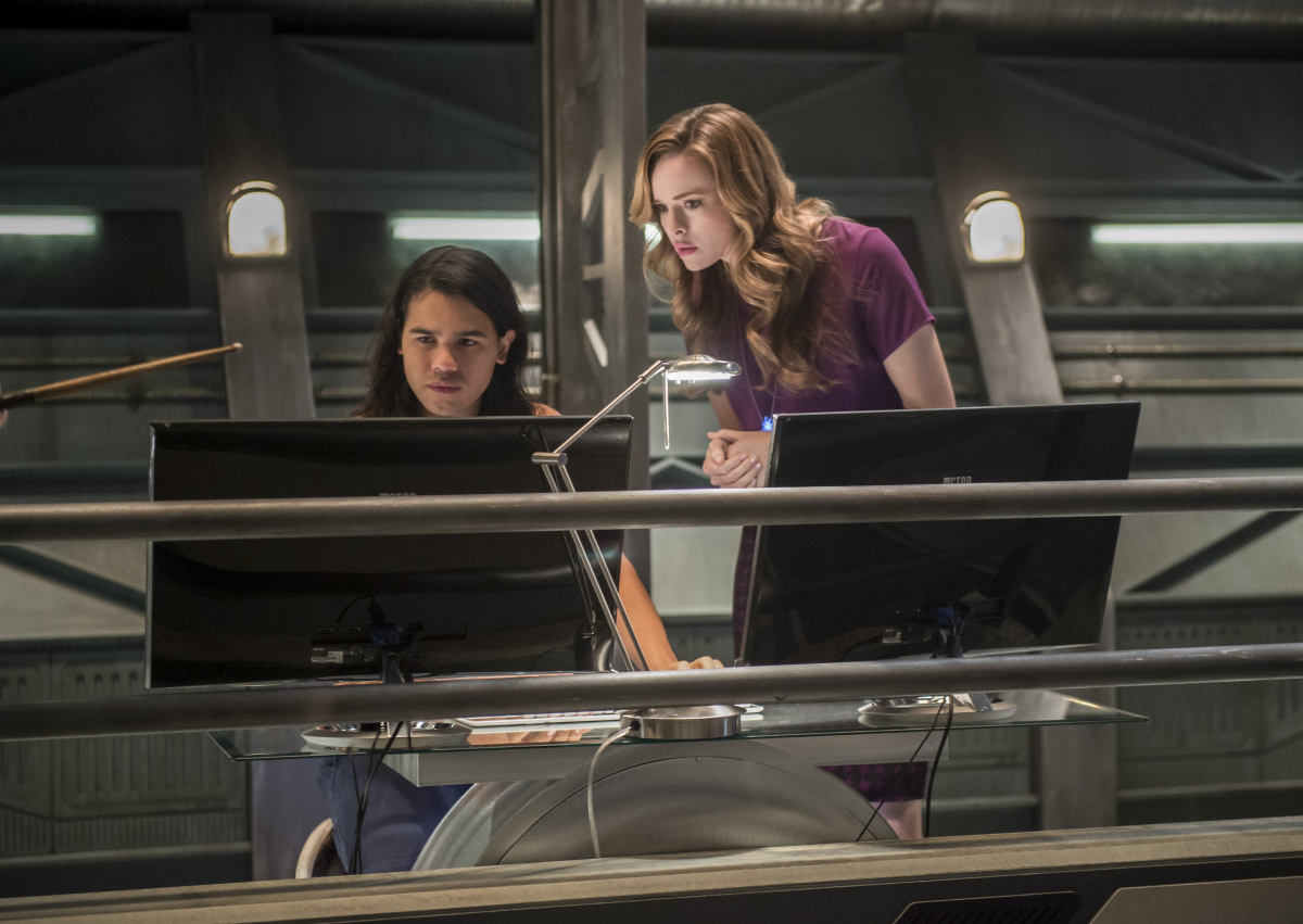 """The Flash -- """"Dead or Alive"""" -- Image FLA311b_0060b.jpg -- Pictured (L-R): Carlos Valdes as Cisco Ramon and Danielle Panabaker as Caitlin Snow -- Photo: Diyah Pera/The CW -- © 2017 The CW Network, LLC. All rights reserved."""