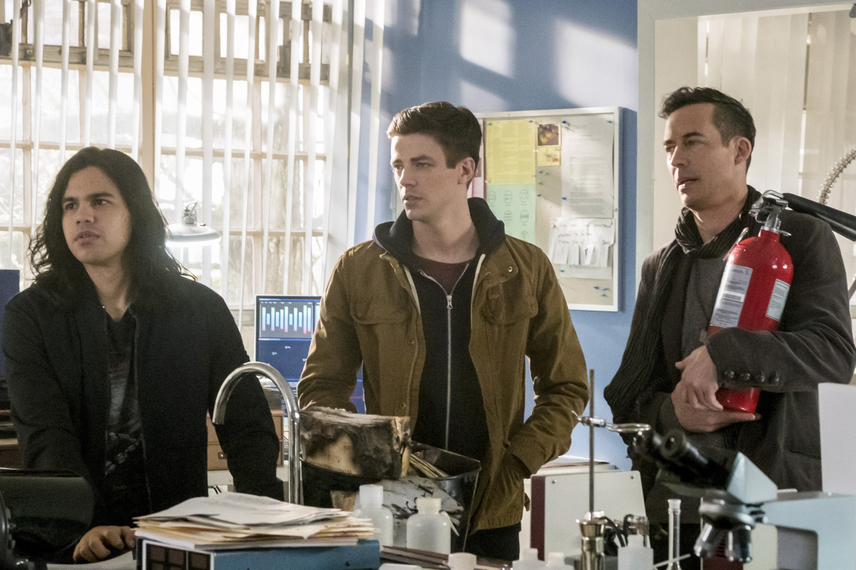 "The Flash -- ""I Know Who You Are"" -- FLA320a_0093b.jpg -- Pictured (L-R): Carlos Valdes as Cisco Ramon, Grant Gustin as Barry Allen and Tom Cavanagh as Harrison Wells  -- Photo: Katie Yu/The CW -- © 2017 The CW Network, LLC. All rights reserved."