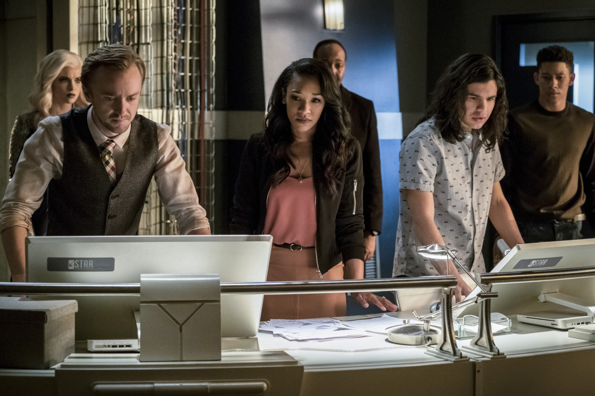 "The Flash -- ""Cause and Effect"" -- FLA321a_0646b.jpg -- Pictured (L-R): Danielle Panabaker as Killer Frost, Tom Felton as Julian Albert, Candice Patton as Iris West, Jesse L. Martin as Detective Joe West, Carlos Valdes as Cisco Ramon and Keiynan Lonsdale as Wally West -- Photo: Jeff Weddell /The CW -- © 2017 The CW Network, LLC. All rights reserved."