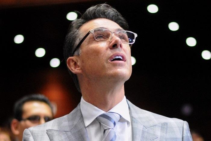 Sergio Mayer confunde Palacio Nacional con Bellas Artes