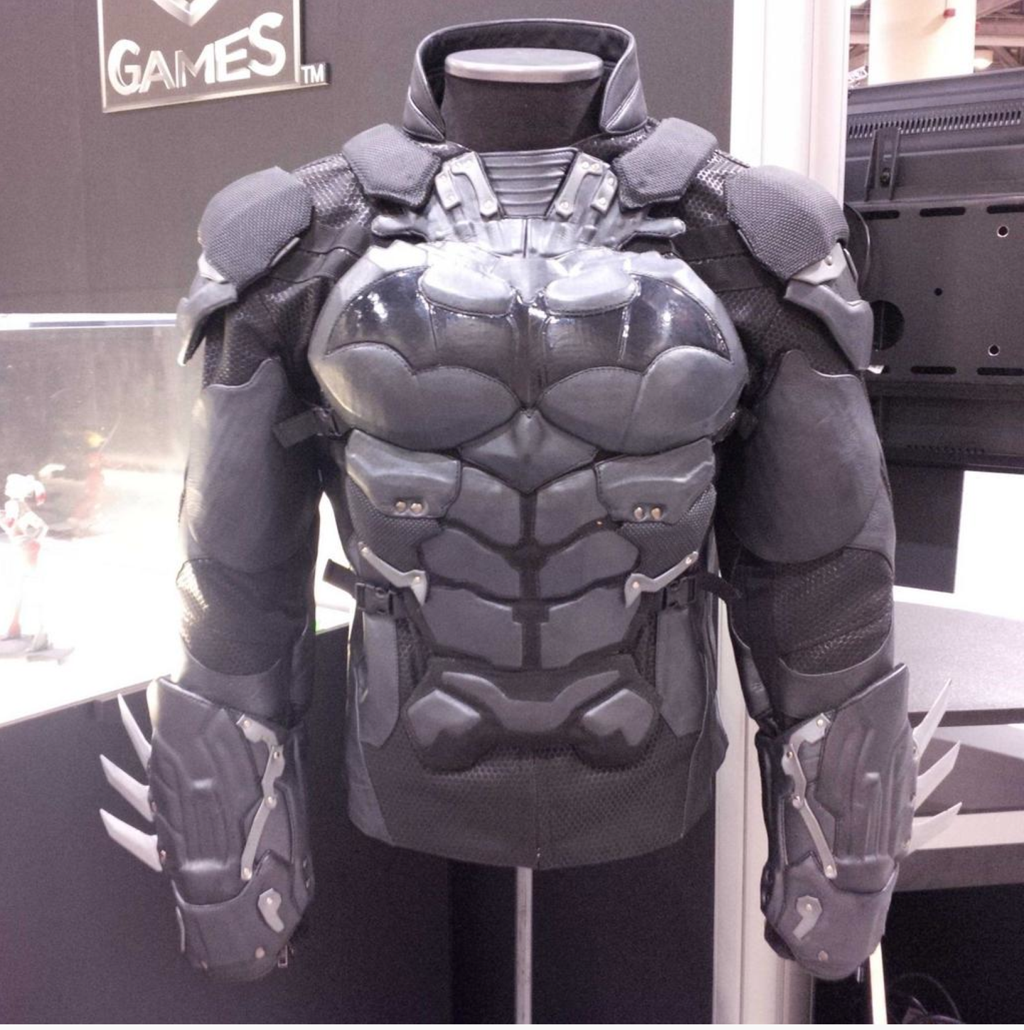 ud replicas arkham knight full suit is coming dark