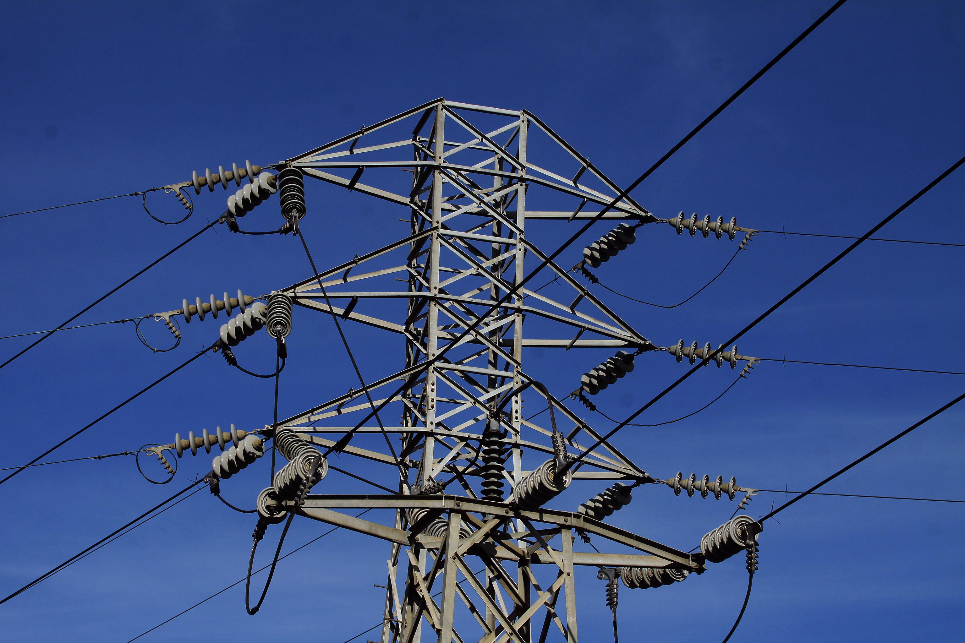 07, JULIO,2014/ CONCEPCIÓN. Las empresas generadoras transportan la energía con una potencia de 220 mil y 500 mil volts hasta las Subestaciones de Enlace de las empresas distribuidoras, ahí es transformada y baja a 110 mil voltios. Desde las Subestaciones de Enlace la energía es transportada por una red de Líneas de Alta Tensión a otras subestaciones, llamadas Receptoras.La imagen corresponde a la subestación Andalien de Concepción. Foto : VÍCTOR SALAZAR M./ AGENCIAUNO.