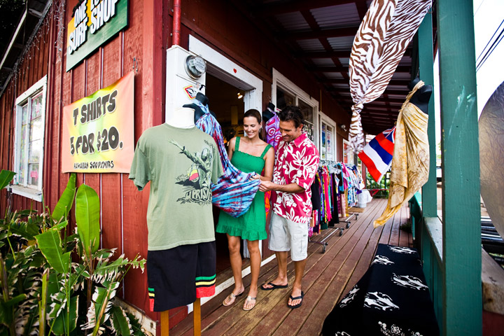 Couple shopping at a surf shop | Hawaii Tourism Authority (HTA) / Tor Johnson