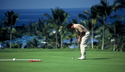 Golfer putting golf ball | Hawaii Tourism Authority (HTA) / Sri Maiava Rusden