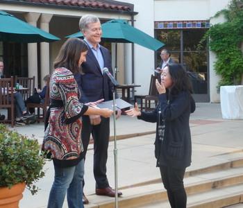 Elena Mantovan awarding prize to Chloe Hsu