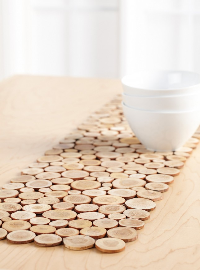 15 ways to diy with wood slices brit co for Idee deco maison bois