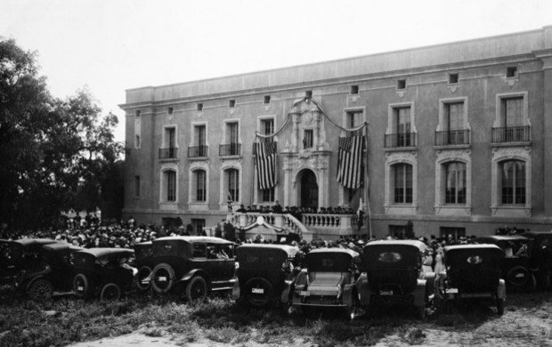 Commencement on the steps of Gates Laboratory of Chemistry, 1917