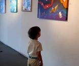 Mostra a Rivoli Casa Conte Verde un bimbo osserva l'opera