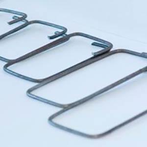 Los estribos consisten en un refuerzo transversal cerrado que se confina las varillas longitudinales y proporciona resistencia adicional al cortante. Elaborado con Alambrón de acero al carbón, laminado en caliente, superficie lisa, con alta resistencia a la tensión.