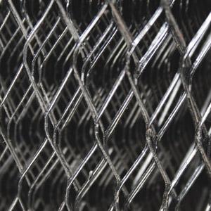 Malla fabricada con lámina negra que forma una estructura en metal desplegado con aberturas en forma de rombo.Acabado con pintura asfáltica ,Lámina negra calibre 26.