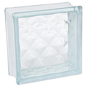 Los bloques de vidrio permiten el paso de la luz natural a través de ellos, lo que significa mayor luminosidad para nuestra vivienda. Otra de las grandes ventajas es el aislamiento acústico y térmico gracias a la cámara de aire existente en su interior. Muestran gran resistencia a las temperaturas altas y a los factores atmosféricos, manteniéndose en buen estado a lo largo del tiempo. Peso por unidad es de 2.250 kg, Rendimiento 25pza por M²