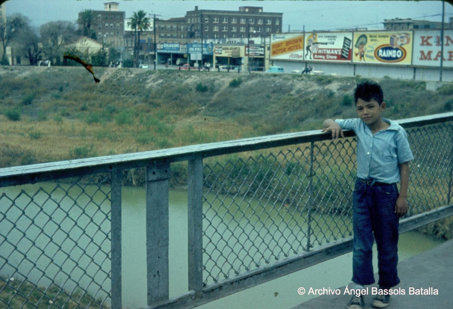 Puente sobre el Bravo hacia Nuevo Laredo