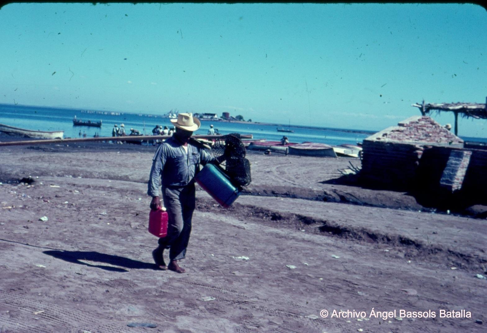 Pescador en la playa de Yavaros