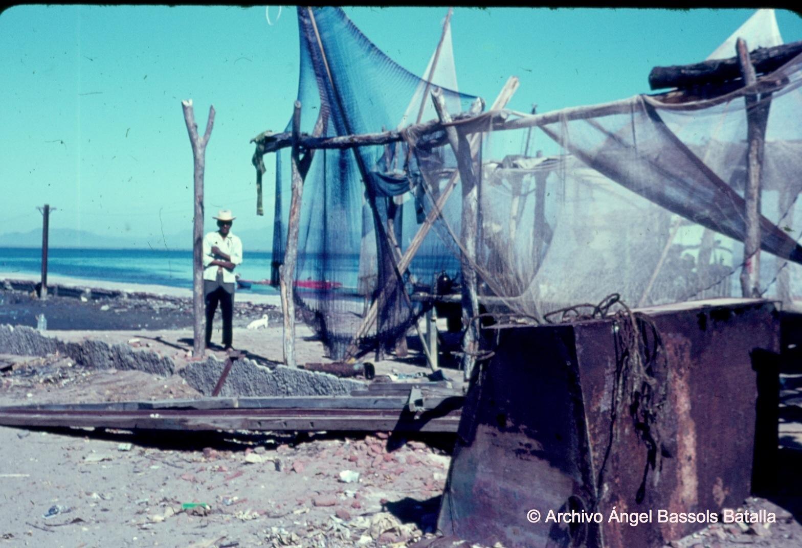 Pescador y redes en Yavaros