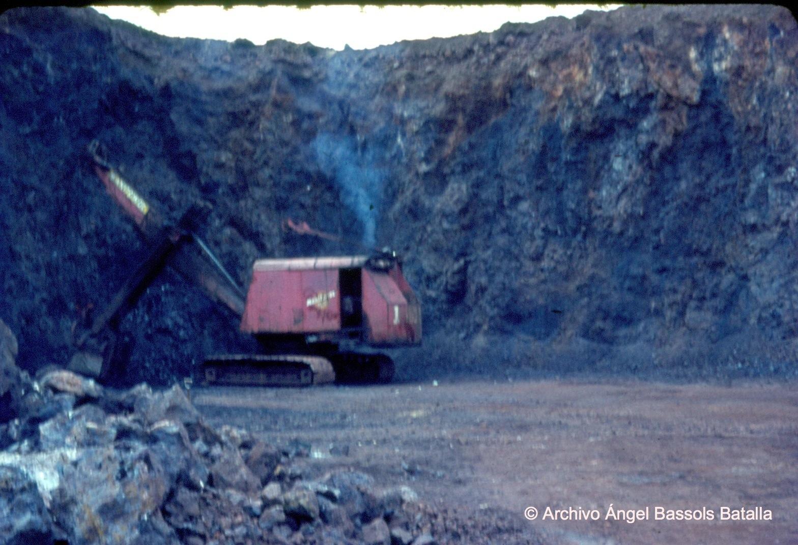 Cortadora y excavadora de mineral en cerro de Mercado