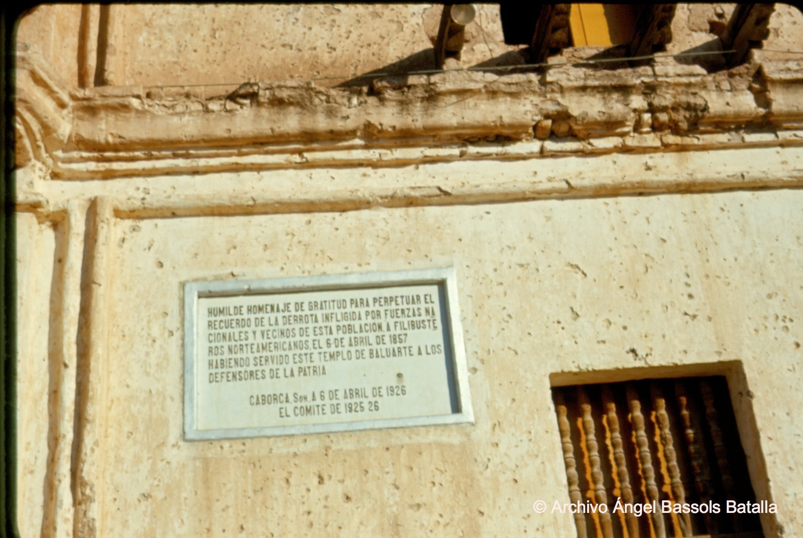 Letrero sobre defensa de Caborca