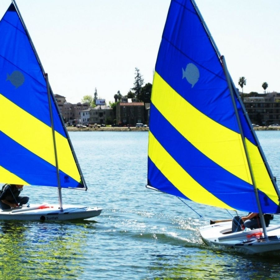 2 boats sail on Lake Merritt