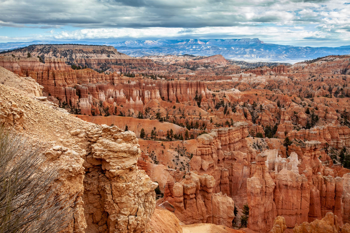 Sunset Point on the Queens Garden Trail Navajo Loop Combination Hike - Best Hike at Bryce Canyon National Park #vezzaniphotography