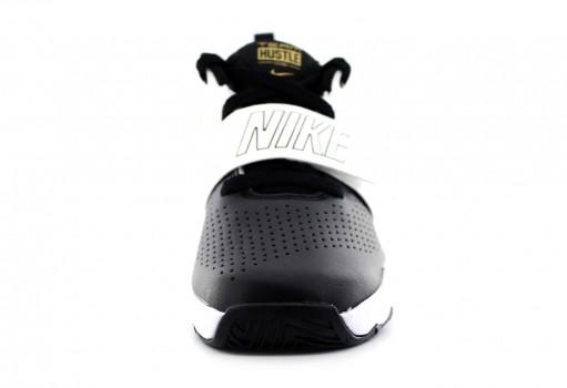 NIKE 881942 009 BLACK/MTLC GOLD-WHITE TEAM HUSTLE D 8 (PS)  17-22