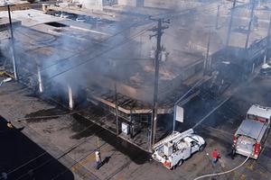 Combaten incendio en comercios del centro
