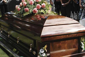 Una mujer de Honduras entierra a su 'esposo' y este aparece ...