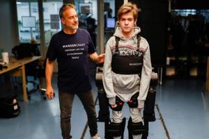 Padre crea una máquina para ayudar a su hijo en silla de rue...
