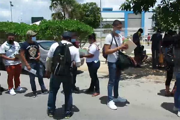 Continúa gran afluencia de personas en los módulos de vacunación anticovid en Cancún