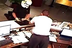 Video: Hombre asalta hotel… utilizando máscara de ...